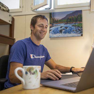 Dimitry Kudinov kotinsa työhuoneessa tietokoneen äärellä.