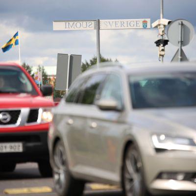 Autoja saapumassa Ruotsista Suomeen Tornion rajanylityspaikalla