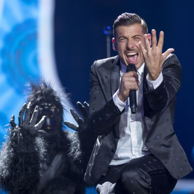 Man i kostym och dansare utklädd till gorilla