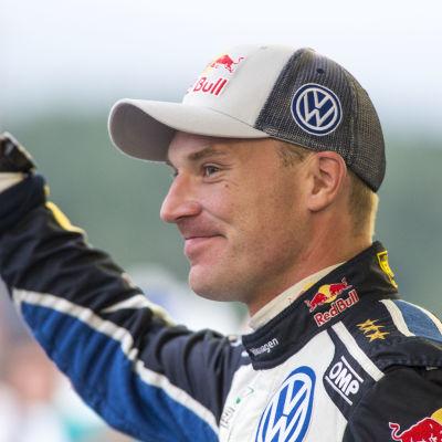 Jari-Matti Latvala kör om segern i det finska VM-rallyt.