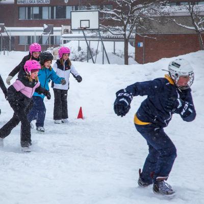 Koululaisia liikuntatunnilla luistelemassa, Winellska skolanin luistinradalla.