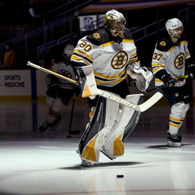 Bostonspelare värmer upp inför en match.