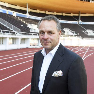 Jan Vapaavuori står på löpbanan på Olympiastadion i Helsingfors.