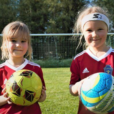 Syksyllä esikouluun menevät Vilma Iloviita ja Saimi Tuomivirta ovat aloittaneet jalkapallon peluun tänä vuonna.