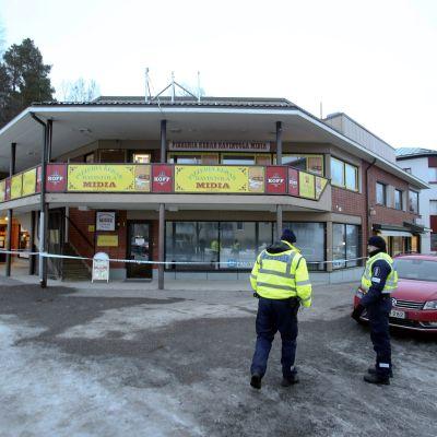 Tre personer dödades på en pizzeria i Laukas den 1 mars 2015.