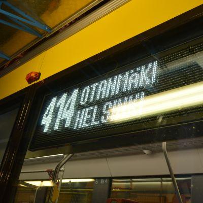 """Transtechin valmistaman raitiovaunun valonäyttö, jossa lukee """"414 Otanmäki Helsinki"""""""