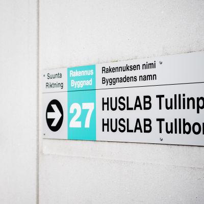 Huslab-laboratorion kyltti seinällä.