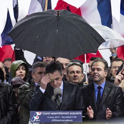 François Fillon talar till sina anhängare vid en stöddemonstration i Paris 5.3.2017