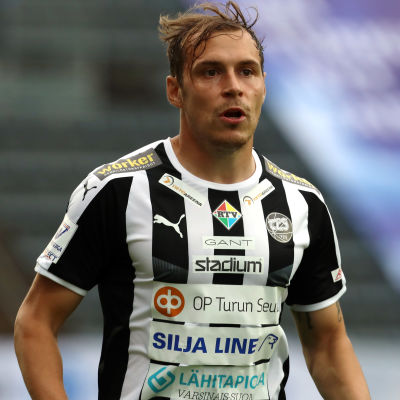 Juri Kinnunen spelar fotboll.