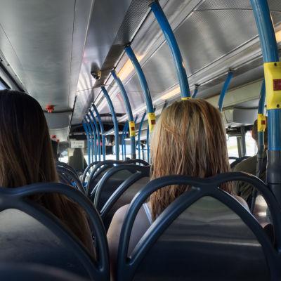 Passagerare i en buss.