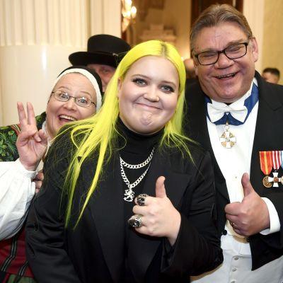 Alma och utrikesminister Timo Soini på slottsbalen.