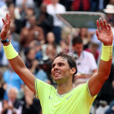 Rafael Nadal sträcker armarna i luften