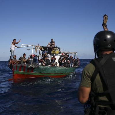 Arkivbild. De här flyktingarna hade turen att bli räddade av den portugisiska kustbevakningen nära Sicilien i oktober 2017.