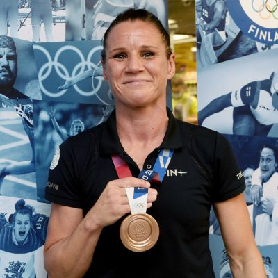 Mira Potkonen 9.8.2021 olympiapronssin kanssa