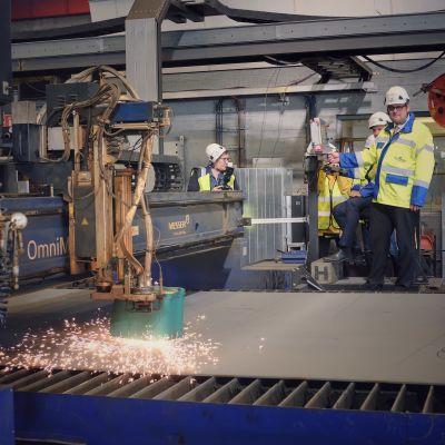 Stålskärningsceremoni för bygget av nya Kvarkenfärjan. Tomas Häyry trycker på startknappen.