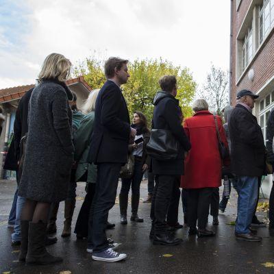 Keskustaoikeiston äänestäjiä Pariisissa.