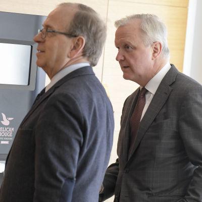 Finlands banks tidigare chefsdirektör Erkki Liikanen (t.v.) och nuvarande chefsdirektör Olli Rehn (t.h.) har lyfts fram som potentiella kandidater som efterträdare till ECB-chefen Mario Draghi.