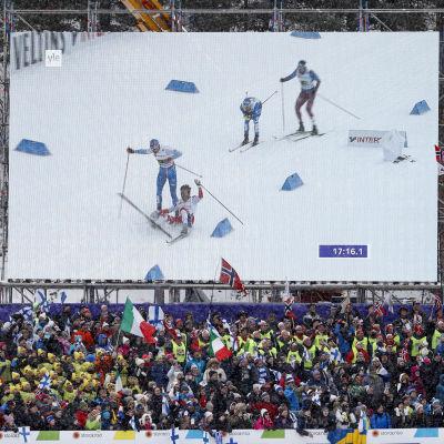 Emil Iversens och Iivo Niskanens krasch på storbildsskärmen, VM 2017.