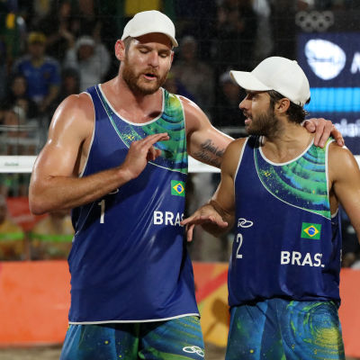 Brasilianska beachvolleyduon Alison och Bruno pratar taktik under OS-finalen.