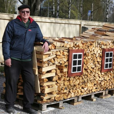 Eero Hento esittelee puupinoa, joka muistuttaa heinä taloa Uudessakaupungissa