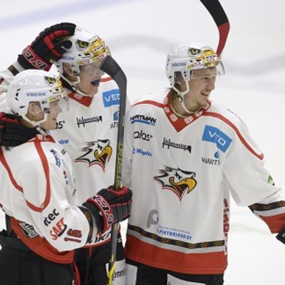 Niko Peltola (oik.) tuulettaa Ari Gröndahlin (kesk.) tekemaa maalia Teemu Henritiuksen kanssa.