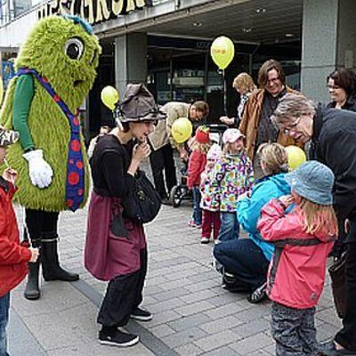 Lapset tekivät Jyväskylän kävelykadulla tuttavuutta Peukkiksen ja noidan kanssa.