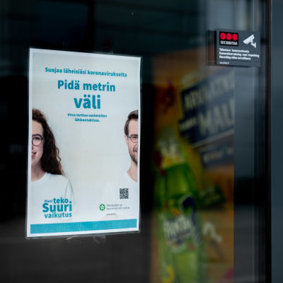 THL:n korona-aiheinen tietoisku kauppakeskus Columbuksessa sisäänkäynnillä..