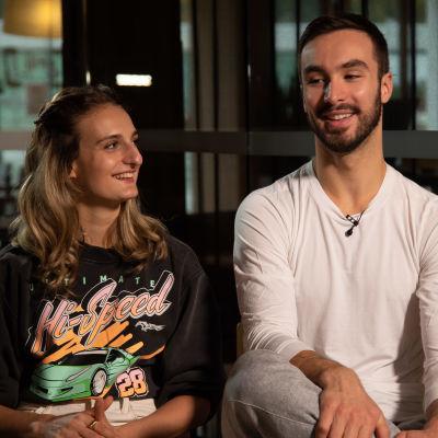 Ranskalaiset pariluistelijat Gabriella Papadakis ja Guillaume Cizeron istumassa vierekkäin Ylen tv-haastattelussa. Taustalla näkyy hotellinravintolan hämärä ruokasali.