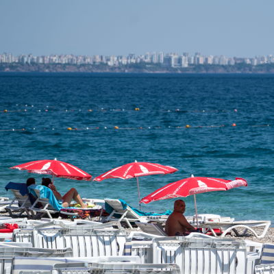 Turister på stranden i Antalya i Turkiet.