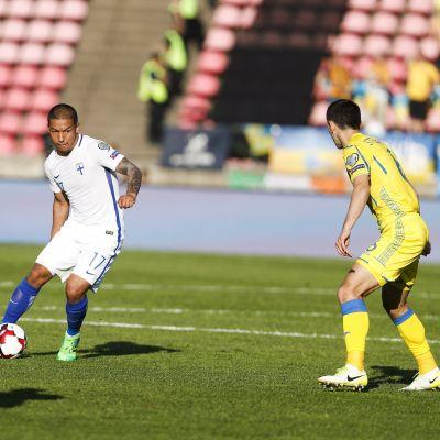 Moshtagh Yaghoubi med bollen mot Ukraina.