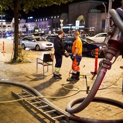 Fett och avföring läckte ut på gatan i Helsingfors i lördags