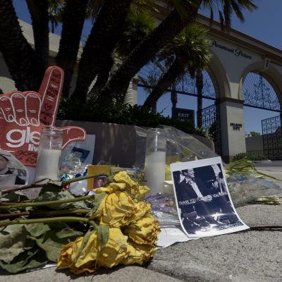 Blommor och andra föremål som placerats utanför filmbolaget Paramount Pictures i Los Angeles till minne av  skådespelaren Cory Monteith som dog av en överdos.