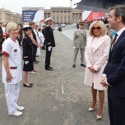 Sköterskor till vänster, minister till höger.