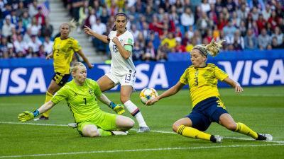 Linda Sembrant glider i gräset, Hedvig Lindahl räddar ett skott