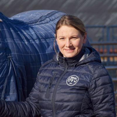 Jessica Aminoff brevid en häst