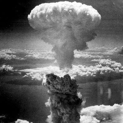 Ydinräjähdyksen aiheuttama savupatsas Nagasakin yllä 1945