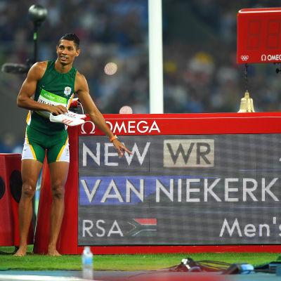 Wayde van Niekerk pekar på en resultattavla med nya världsrekordtiden på 400 meter.
