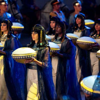 Skådespelare deltar i en parad där gamla, egyptiska, mumifierade faraoner flyttas från ett museum till ett annat.