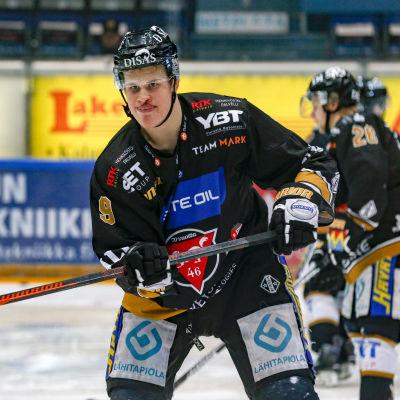 Jesse Puljujärvi grimaserar under matchen mot Kärpät.