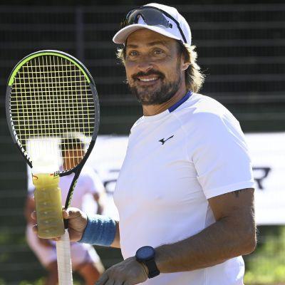 Teemu Selänne NHL-pelaajien perinteisessä Bermudan Kannu -tennisturnauksessa Helsingissä 3. heinäkuuta 2021.