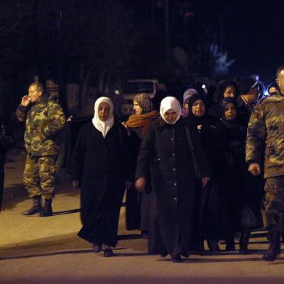 Civila från Madaya tilläts lämna staden av medicinska skäl på måndag kväll, då den första hjälpkonvojen nådde den belägrade staden.