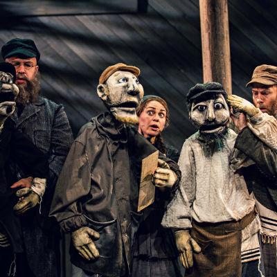 Tre skådespelare för manstora dockor i Spelman på taket på Wasa teater.