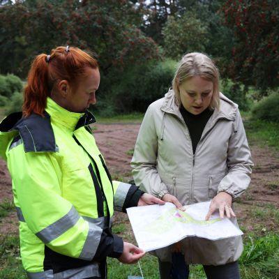 Kotkan kaupungin puistotoimen työnohjaaja-puutarhuri Mari Nenonen toi Erika Taima-Liljeströmille ekopuiston tuoreimman puistosuunnitelman.