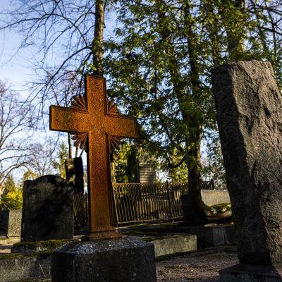Risti Hietaniemen hautausmaalla Helsingissä.