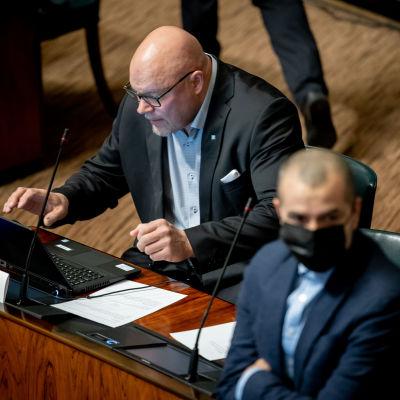 Ano Turtiainen utan ansiktsskydd, på sin plats i riksdagens plenisal.