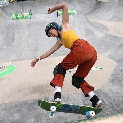 Lizzie Armanto skeittaa park-radalla.