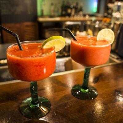 Alkoholitin drinkki baaritiskillä