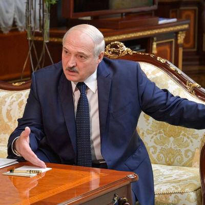 Aljaksandr Lukashenka istumassa sohvalla.