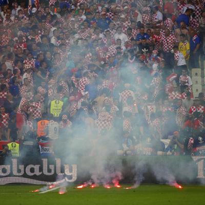 Kroatiska fans har kastat facklor på plan i matchen mot Tjeckien i fotbolls-EM.