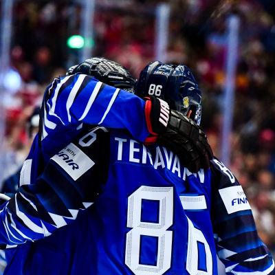 Sebastian Aho och Teuvo Teräväinen firar mål, VM 2018.